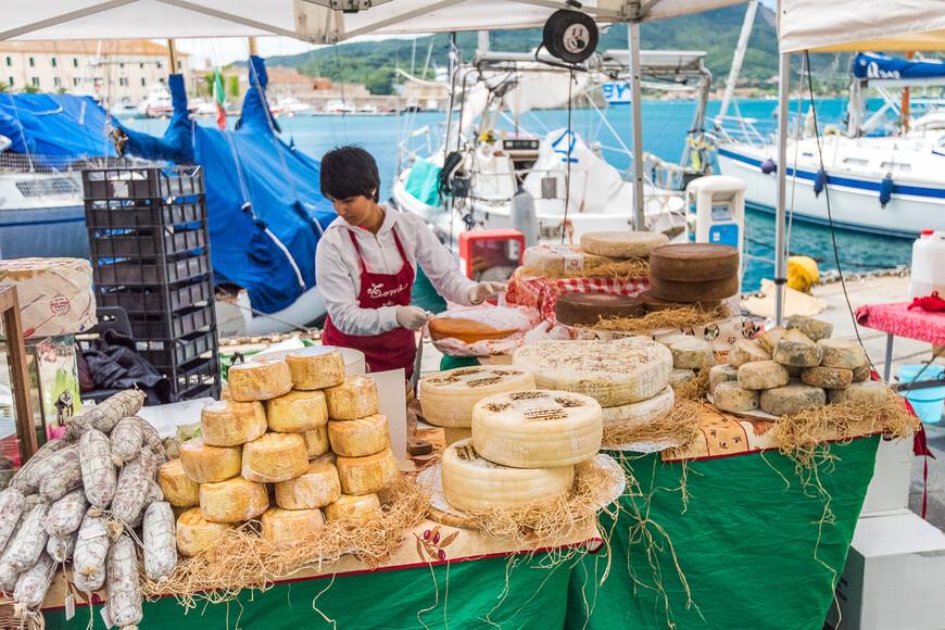 В порту есть большой рынок с самыми разнообразными товарами, от сыров до одежды. Здесь же находятся улочка с вереницей парфюмерных магазинов, которые продают знаменитый парфюм Aqua del Elba, который мы не могли не купить, очень приятный аромат.