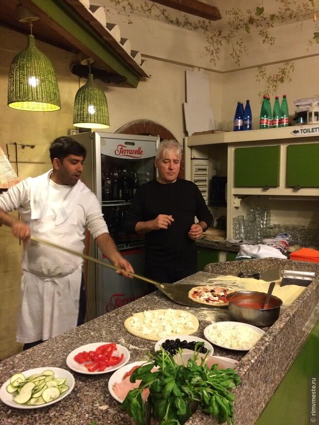 Анатолий учится готовить пиццу