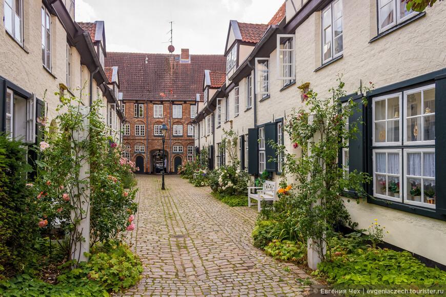 В 17 веке для купеческих семей было делом чести отстраивать дворики с квартирами для больных и неимущих.