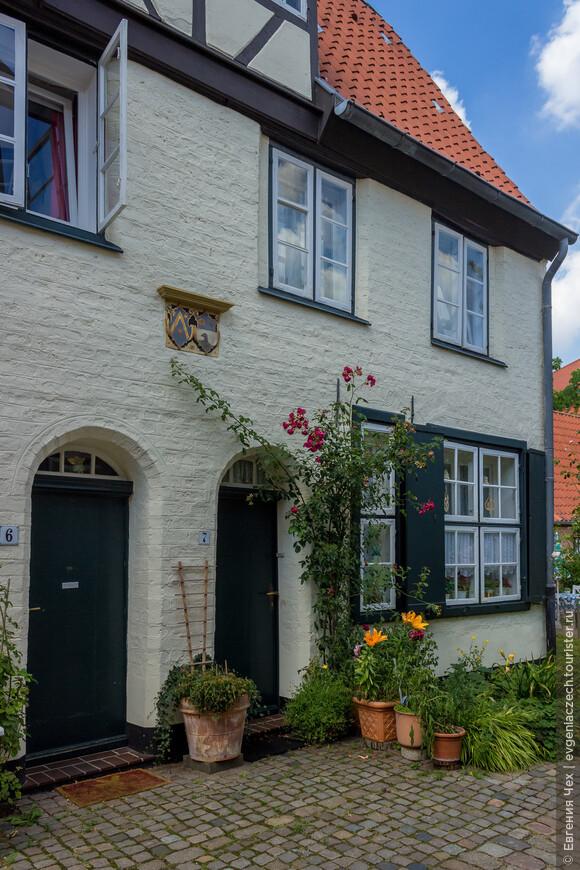 Вот один из них - Glandorps Hof, с гербами семьи над каждой квартиркой