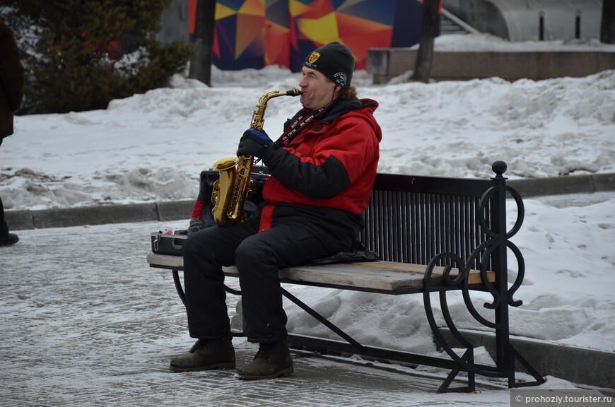Саксофон на мартовской улице звучит весьма душевно