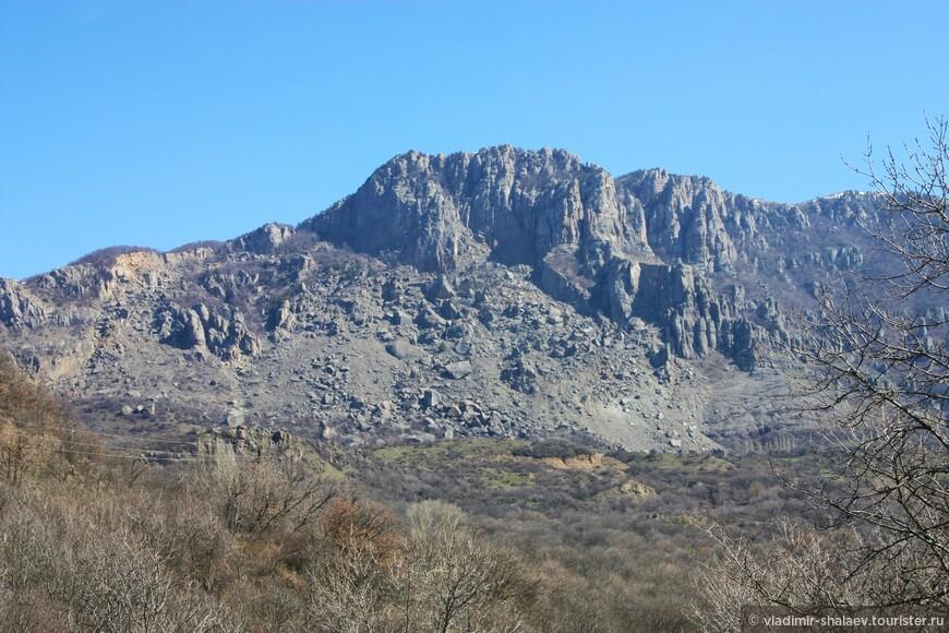 Так выглядит гора Демерджи с Ангарского перевала. Знакомая всем картинка, все могут её видеть в левое окно троллейбуса когда едут к морю.