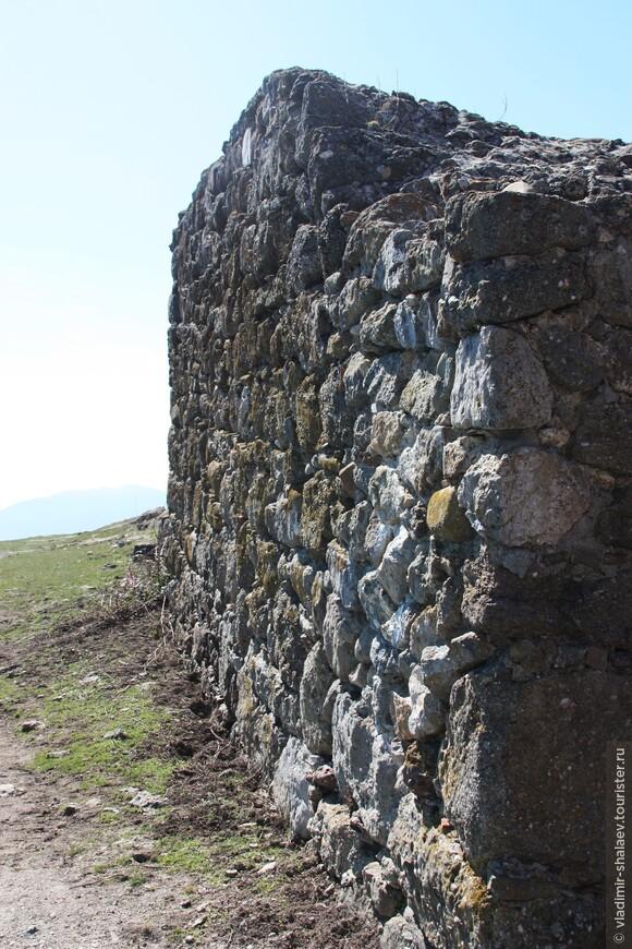 Видимо вот эта стена древняя.