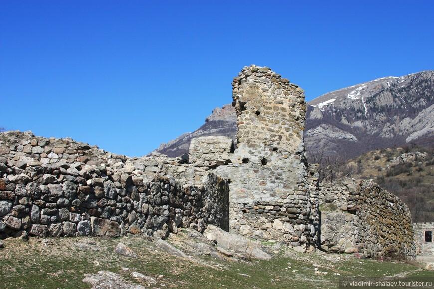 Крепость тогда восстанавливалась из ничего: от неё осталась только одна стена и пара фундаментов.