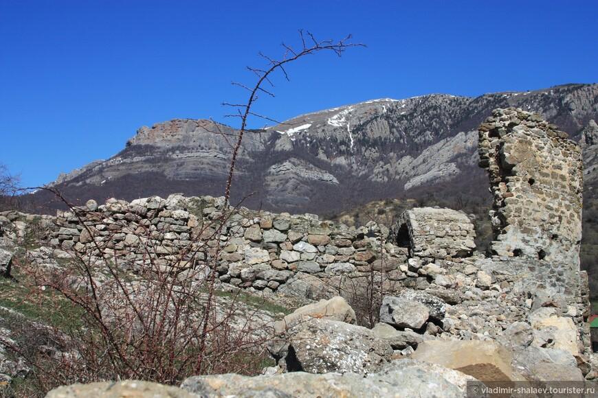 А мы поднимаемся выше и выходим к развалинам крепости.