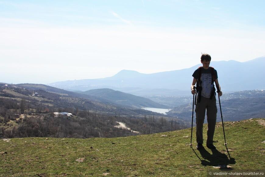 Поднявшись на следующую высоту, при взгляде назад можно видеть гору Кастель. Но внизу над Алуштой дымка.
