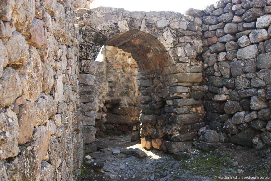 Руины церкви Феодора Стратилата. Церковь была построена в период реконструкции крепости-замка «Фуна» в 1459 году. Разрушена турками-османами в 1475 году. Восстановлена в XVI веке. Действовала до 1778 года.