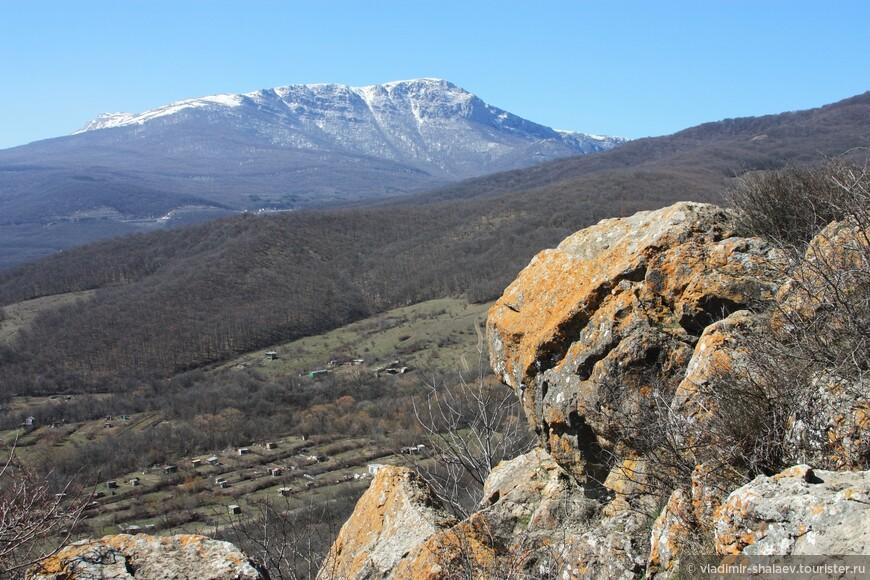Тропа забирала вверх, крепость и сады остались далеко внизу. Отсюда хорошо видна заснеженная вершина плато Чатыр-Даг.