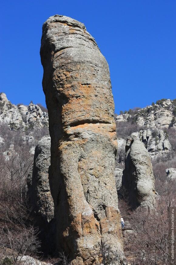 Для Долины Привидений характерны высоченные фалосоподобные камни.