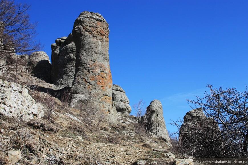 Склон Долины Привидений. Группа хаотически разбросанных скал, которые, согласно местной легенде, являются окаменевшими в момент бегства вражескими воинами.