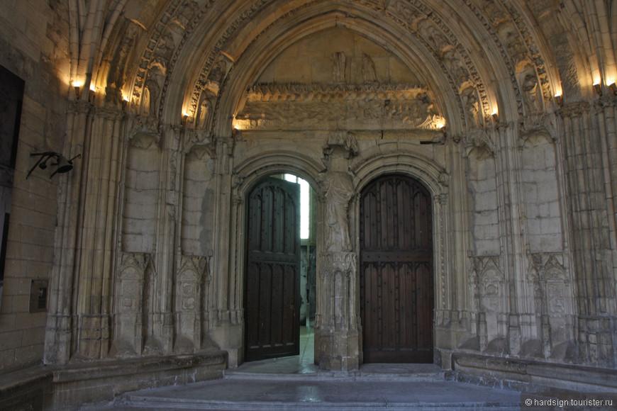 Двери восстановлены, как и элементы декоративной лепки.