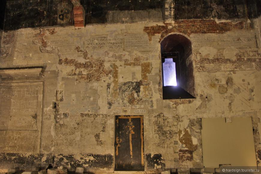 Внутреннее убранство не сохранилось. Только в нескольких залах на стенах остались фрески. Время и варварское отношение сделали свое черное дело.