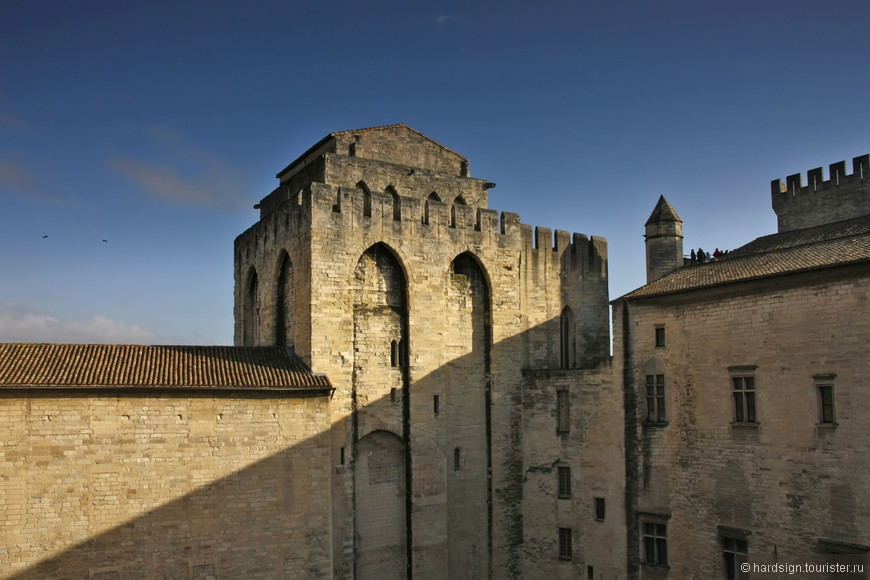 Мощные стены замка, говорят о былом величии Ватикана