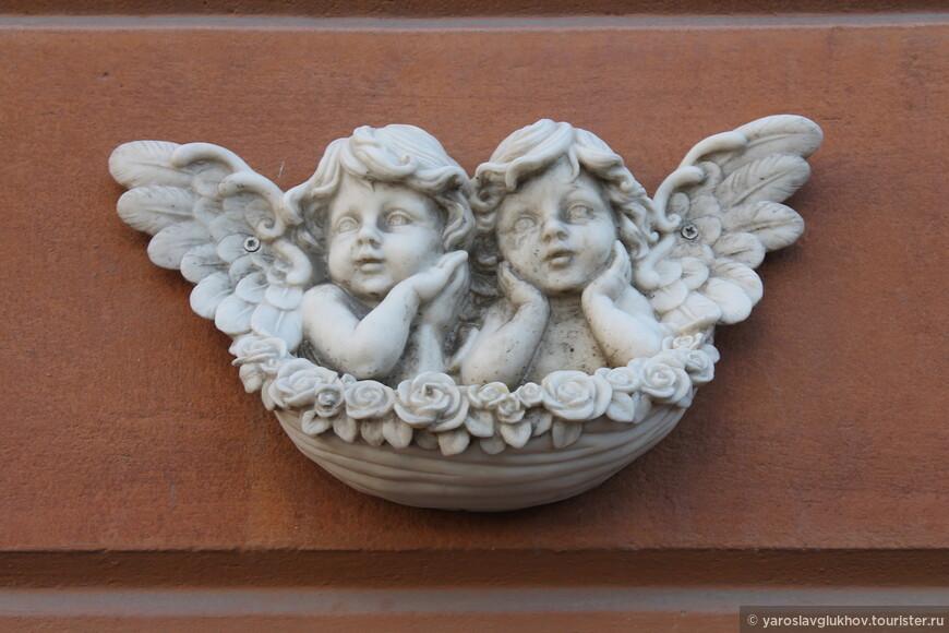 Чудесные ангелочки на одном из домов.