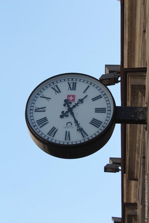 Строгие часы на улицах города.