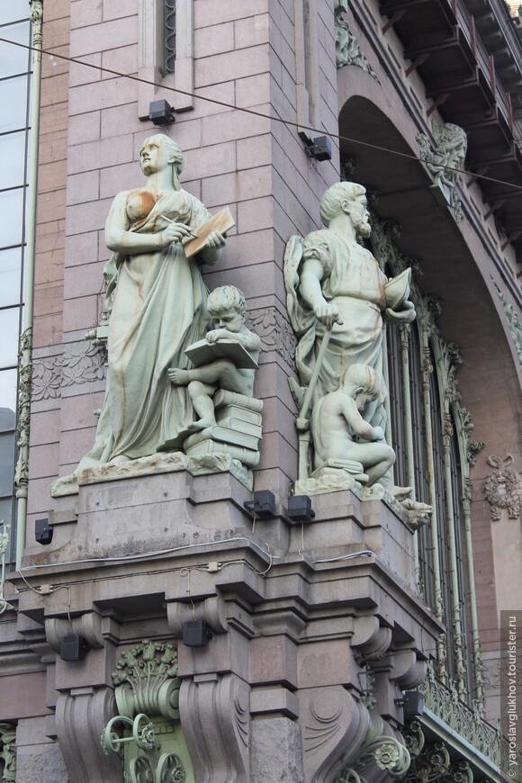 Здания дорогих магазинов в статуях, литье и узорах. Елисеевский на Невском.