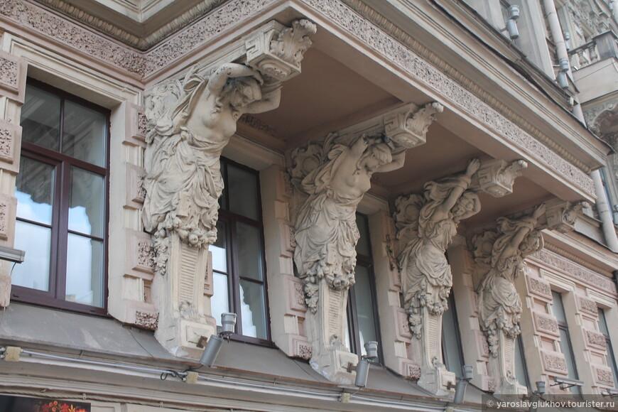 Балконы дорогих домов поддерживают различные статуи.