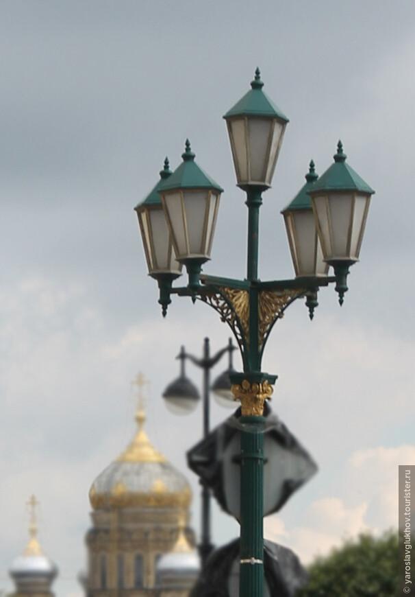 Каких только нет фонарей. Такие только в столицах, в столицах империй.