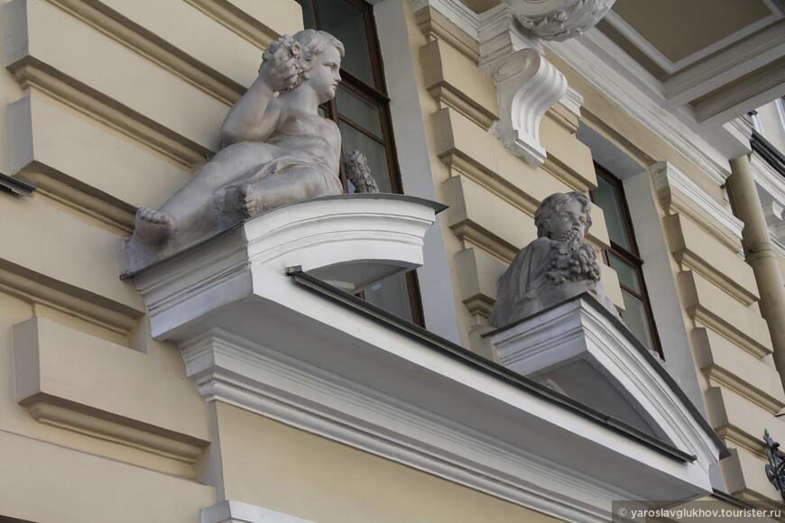 Скульптуры на фасадах домов все разные.