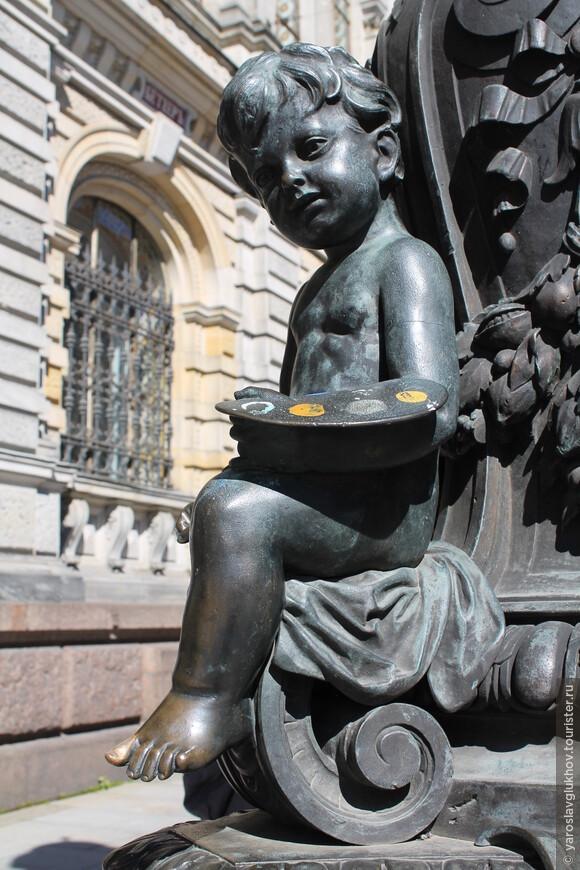 Мальчик с красками на одном из фонарей около Литейного.