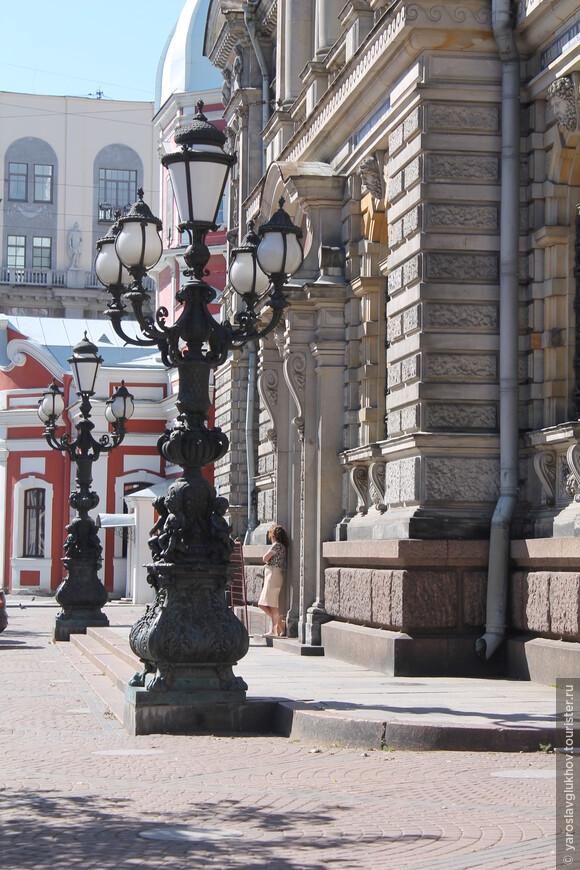 Фонари в Соляном переулке — одни их самых красивых в городе.