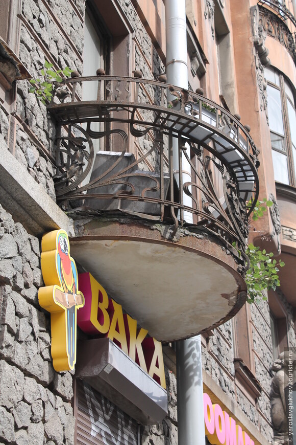 Балкон с ажурной решёткой — тоже красиво.