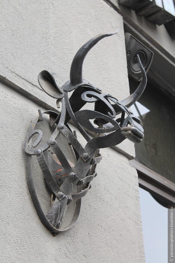 Встречаются и быки на фасадах домов, но это уже в качестве рекламы.