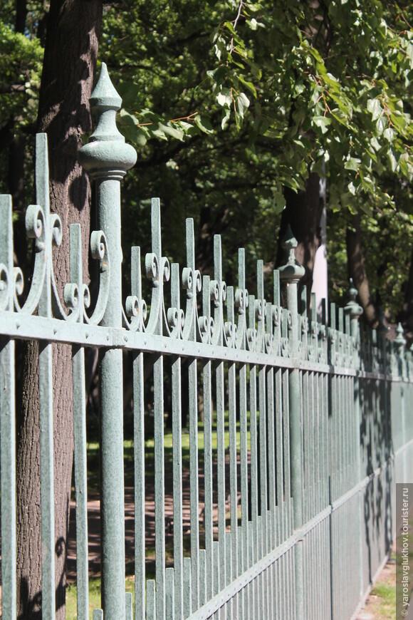 Ограды парков и садов все разные, своеобразные.