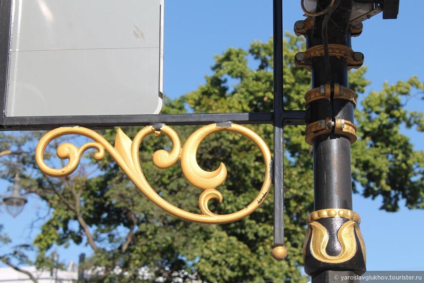 Позолоченные детали фонарных столбов в Литейном и Смольнинском — их фишка.
