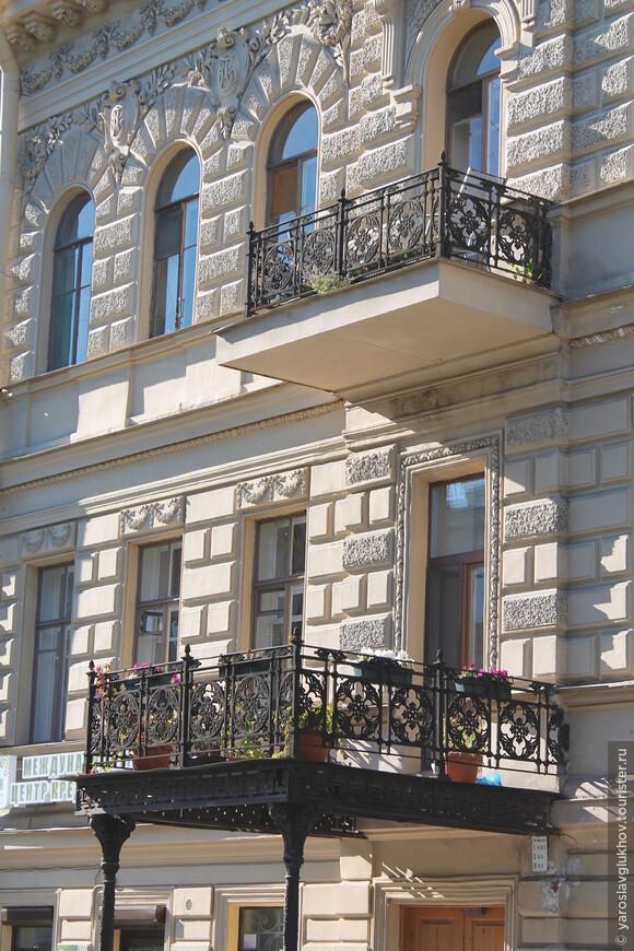 Балконы есть и такие: строгие, но элегантные.