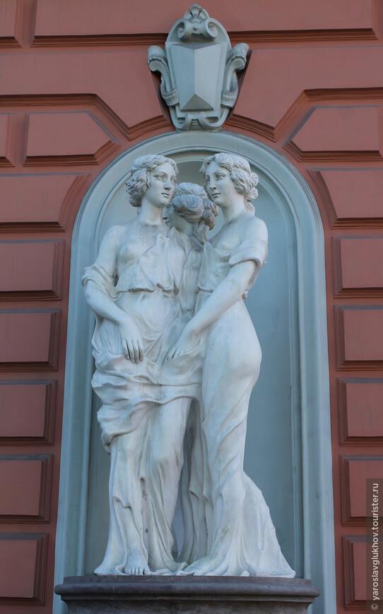 Милые дамы — скульптура на одном из домов города.