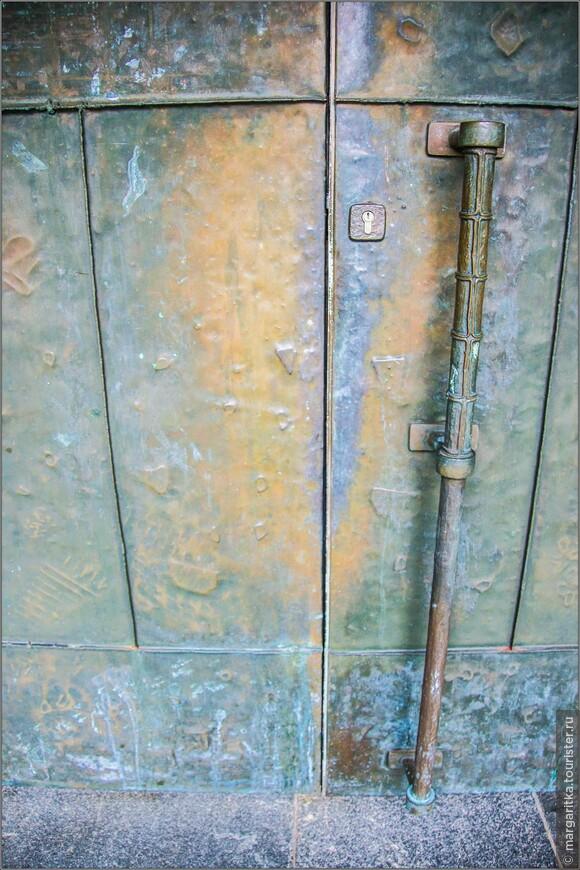 Две массивных чугунных двери, через которые вступают в церковь, символизируют Старый и Новый Завет, через которые человек может получить доступ к тайне веры.