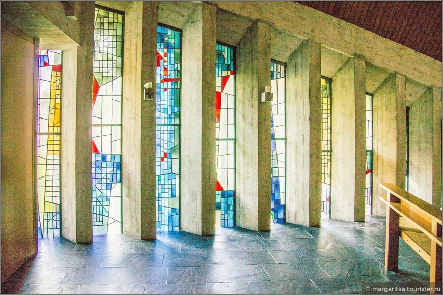 Боковые стены почти полностью застеклены, что помимо того, что  зрительно расширяет внутреннее пространство церкви, ещё призвано символизировать открытость Храма Божия в современном мире.