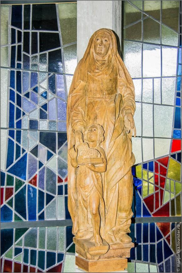 скульптура Мадонны с подросшим Христом – это, по сути, единственное украшение во всём действующем пространстве храма