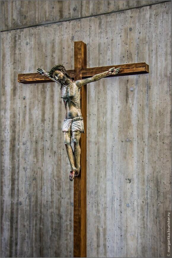 Распятие – справа. Крест в алтаре - работа с Граубюнден около 1380г.