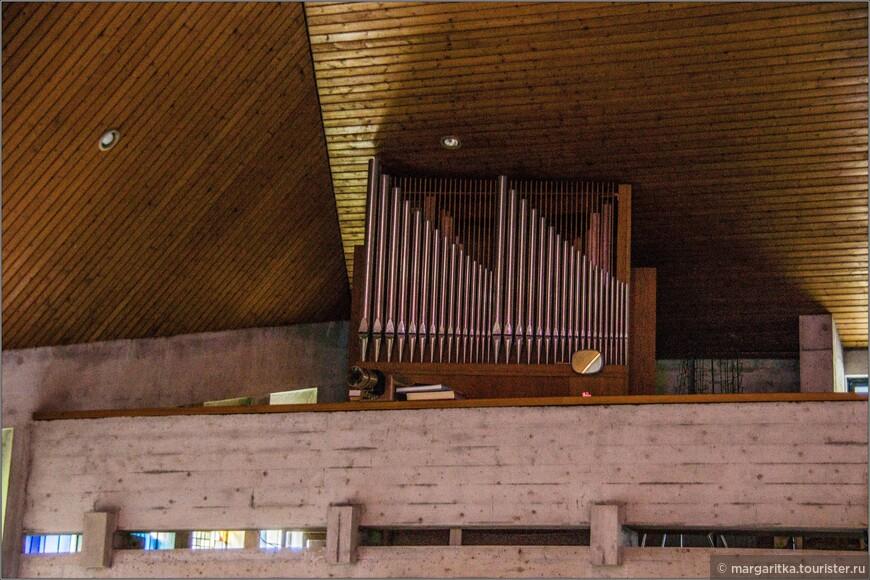 над входом хора, где располагается орган