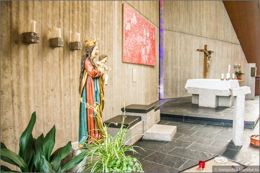 Слева скульптура Девы Марии с младенцем