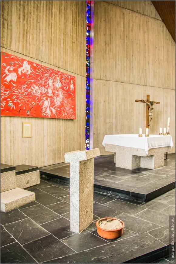 Стол в алтаре выглядит очень массивно и тоже  выполнен из серого гранита. Ножки и столешница монолитны и стилизованы под крест