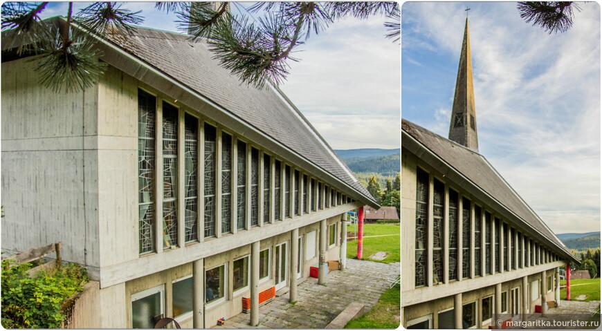 Здание Храма имеет довольно оригинальный вид: со стороны горного хребта, там, где вход, оно одноэтажное. А со стороны долины здание двухэтажное. Таким образом, получается, что сама церковь находится под куполом на втором этаже.  Особенно необычно храм смотрится зимой, когда многометровая толща снега покрывает горный склон и вместе с церковью по крышу сливаются в единое белое пространство. Внутри, наверное, возникает ощущение уюта, безопасности и уединения в необыкновенной  пещере.