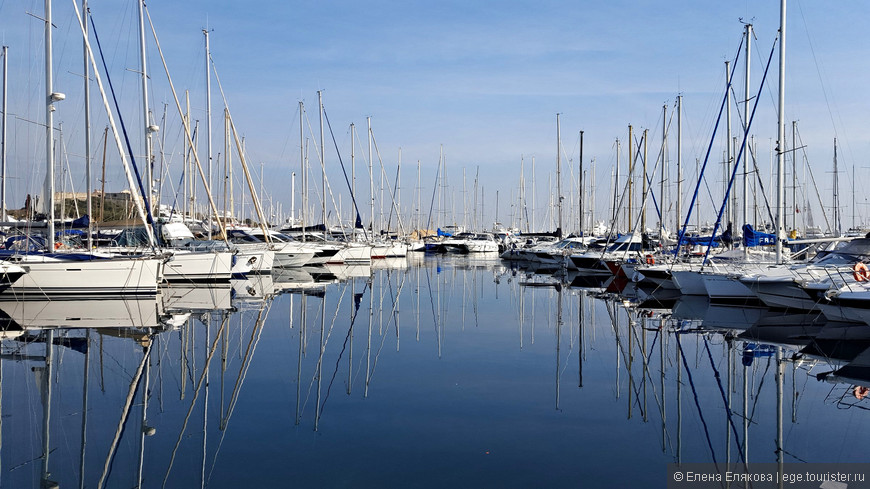 Яхтенный порт Вобан (Port Vauban) Антиба самый большой га Лазурном берегу