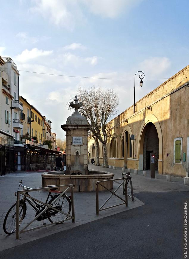 Фонтан в Старом городе, установлен во время правления Людовика XVI в знак признания заслуг г-на Д'Агилона (M. D'Aguilon), бригадира армии короля, таланты которого выражают воды этого фонтана.