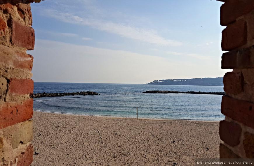 Пляж Граветт (de la Gravette) сквозь бойницу в оборонительной стене, в Антибе есть еще 2 песчаных пляжа – Plage du Ponteil и Plage de la Salis.