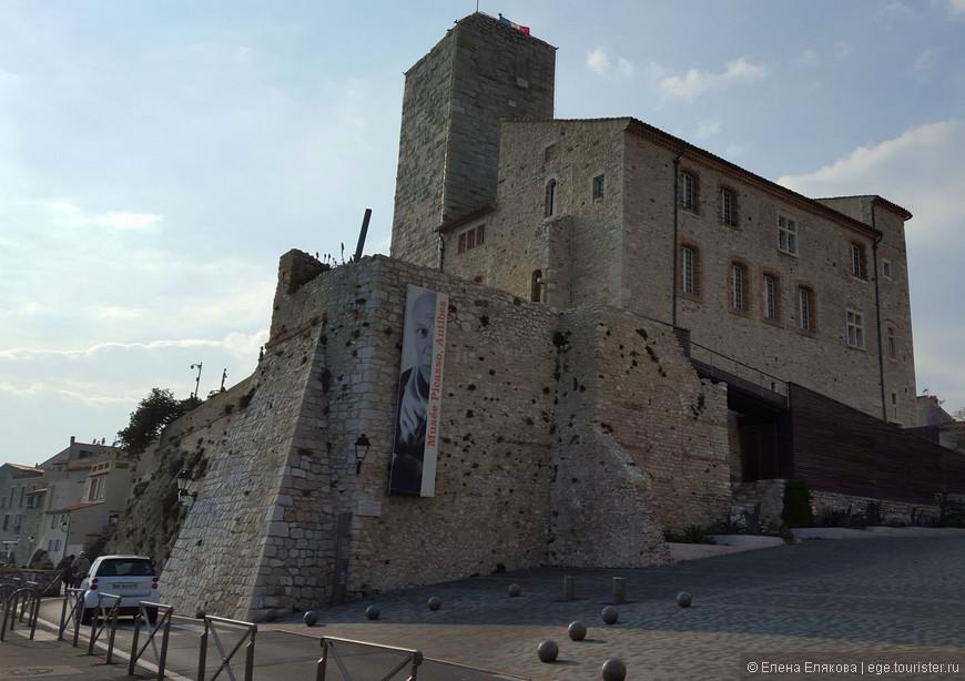 Музей Пикассо, расположенный в Замке Гримальди, основанном в XII веке на месте римских укреплений. С 1385 по 1608 гг. им владело семейство Гримальди (князья Монако). В 1925 г. полуразрушенное строение купил с аукциона муниципалитет Антиба.  Когда в 1946 г. знаменитый художник Пабло Пикассо искал просторное помещение для работы, власти города предложили ему замок Гримальди, в котором Пикассо работал полгода и в благодарность за гостеприимство подарил городу картину «Ночной лов рыбы в Антибе», множество рисунков и эскизов, которые стали основой музея Пикассо.
