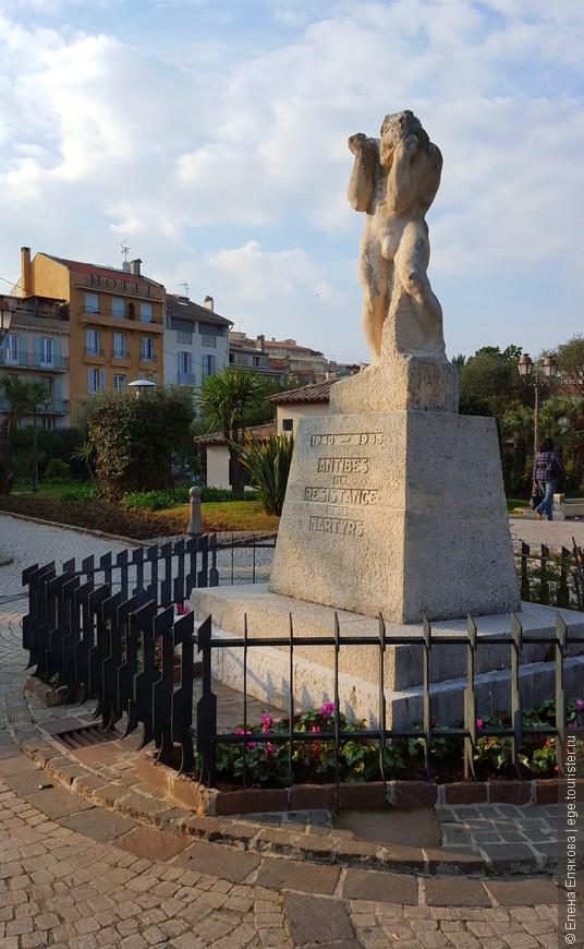 Памятник посвящен  мученикам движения Сопротивления (1940-1945).