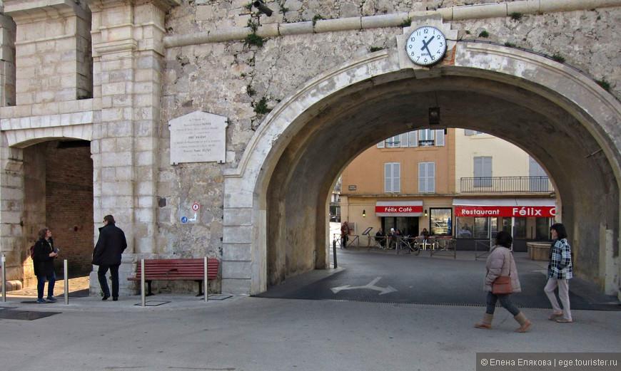 Морские ворота (Porte Marine) – это проход и проезд в Старый город, но мы вошли в Старый город по Променаду Амираль-де-Грасс (Promenade Amiral de Grasse, идущему вдоль моря.