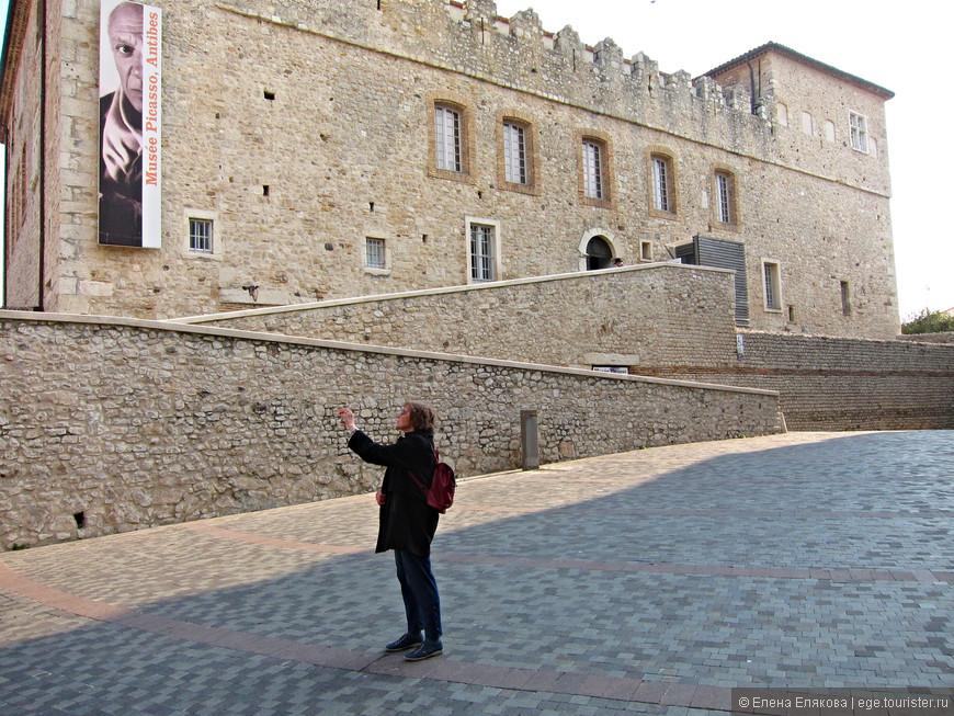 Вход в замок Гримальди (музей Пикассо) с площади  Марьежоля (Place Mariejol)