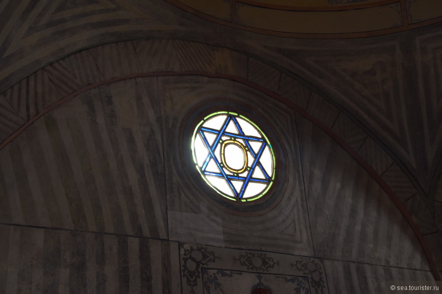 Гексаграмма – шестиконечная звезда. Для мусульман это «печать Сулеймана», напоминающая о древнем пророке и царе, герое красочных арабских легенд. Символ легендарного Сулеймана считался могучей защитой от всех злых сил.
