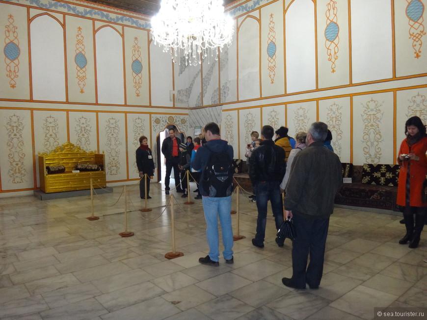 До середины 19 века в Зале Дивана сохранялся настоящий ханский трон. Очевидцы писали, что он обладал немалой ценностью и был покрыт оранжевым сукном с вышитым золотой нитью полумесяцем.