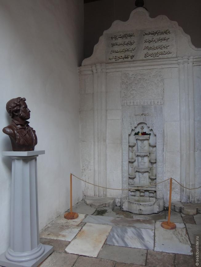 Фонтан слез.  Розу здесь  положил поэт  А.С. Пушкин, а фонтан сооружен в память о рано умершей любимой жене хана мастером Омером.