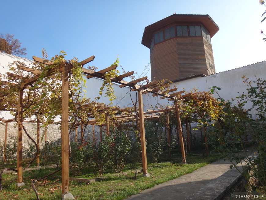 Соколиная башня. Согласно преданию в ней находились клетки с охотничьими соколами. Охота с ловчим соколом была популярна в ханском Крыму.